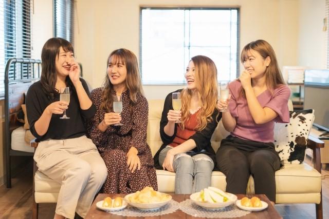 ラブホ女子会を楽しむ女性たち