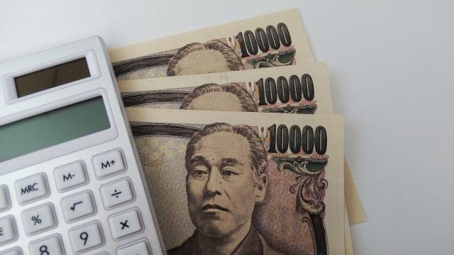 1万円札と白い電卓